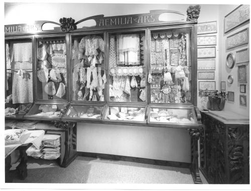 Vetrina del negozio Aemilia Ars, oggi esposta nella sala del Museo della Storia di Bologna. Dalle collezioni di Genus Bononiae